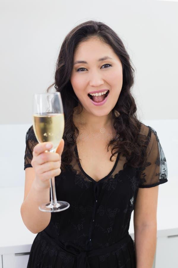 Retrato de uma jovem mulher bonita com champanhe fotos de stock royalty free