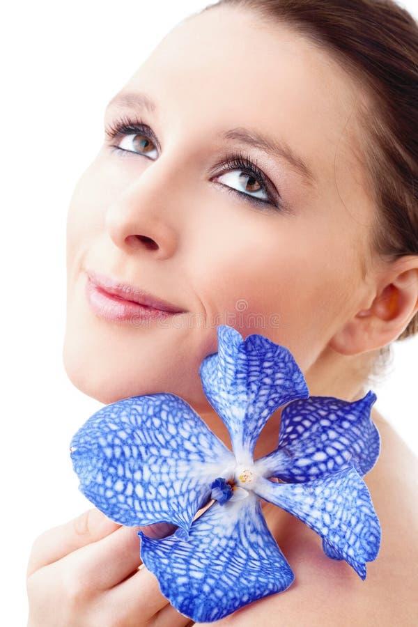 Retrato de uma jovem mulher bonita com orquídea foto de stock