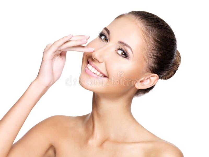 Retrato de uma jovem mulher bonita com a pele perfeita que toca em h imagens de stock