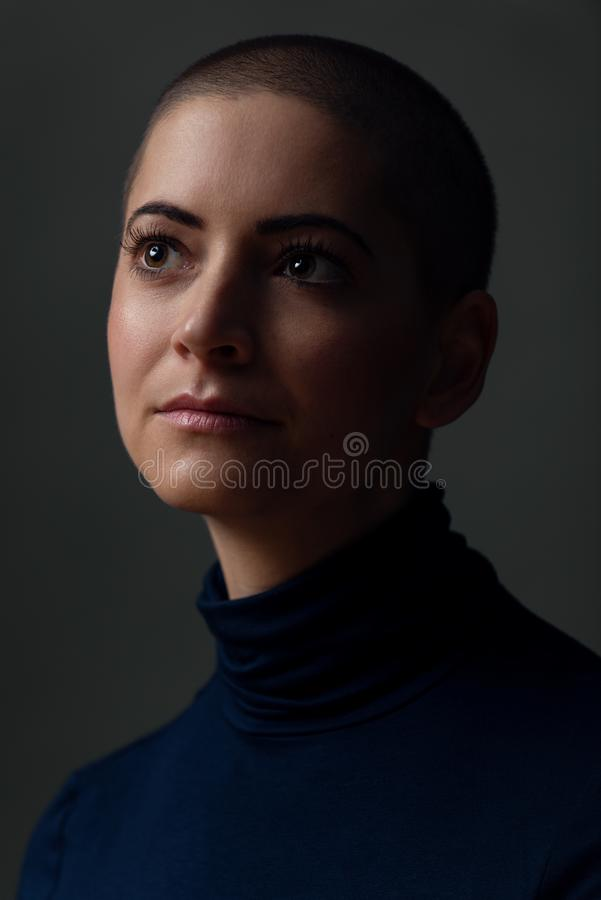 Retrato de uma jovem mulher bonita com penteado curto Retrato fêmea lindo da paciente que sofre de câncer fotos de stock