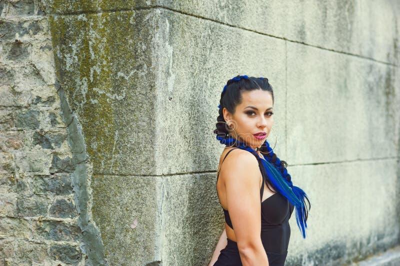 Retrato de uma jovem mulher bonita com tranças fotos de stock