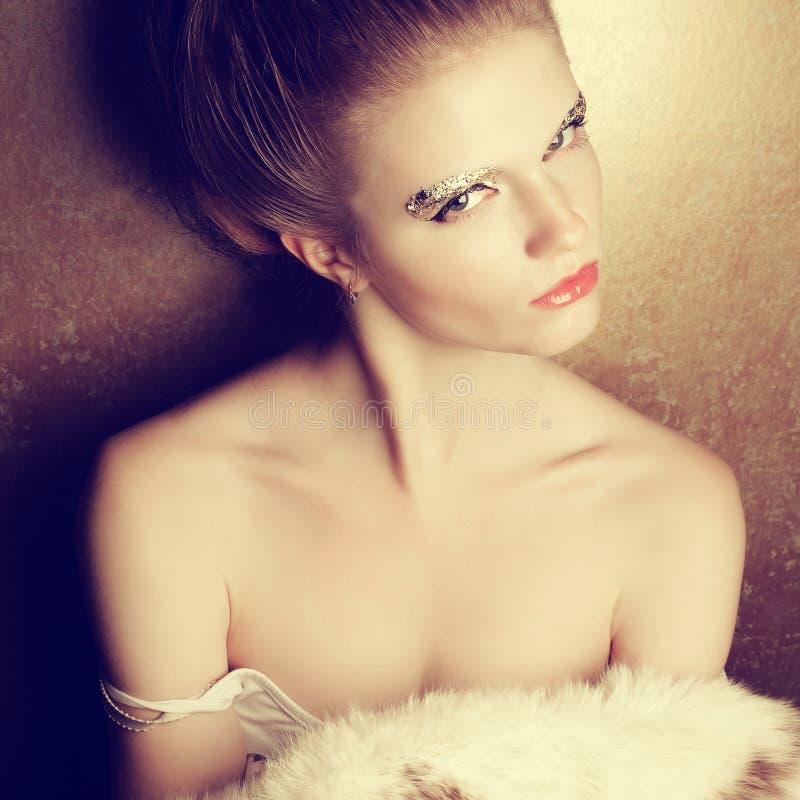 Retrato de uma jovem mulher bonita despida fotografia de stock