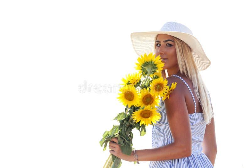 Retrato de uma jovem mulher bonita em um vestido com um chapéu em um b fotos de stock