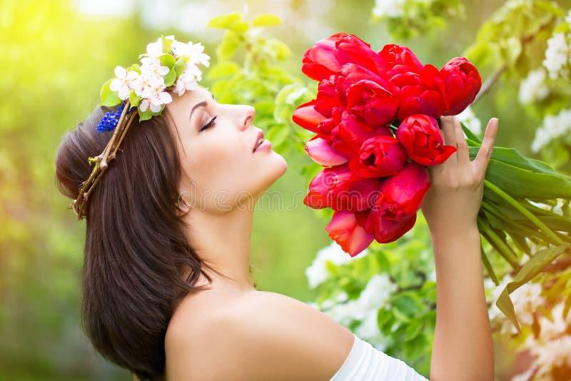Retrato de uma jovem mulher bonita em uma grinalda da flor da mola fotografia de stock royalty free