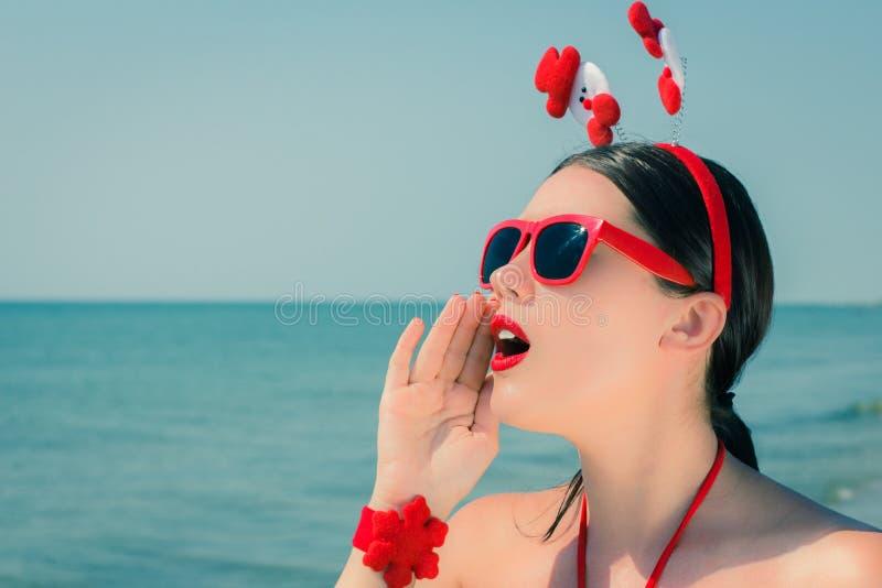 Retrato de uma jovem mulher bonita no equipamento temático do Natal imagens de stock