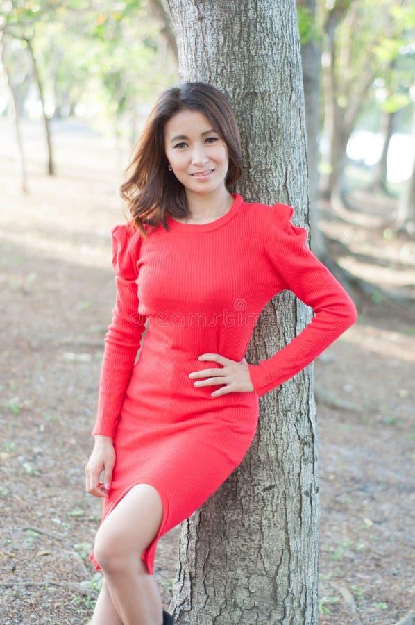 Retrato de uma jovem mulher bonita que aprecia em fora. fotografia de stock royalty free