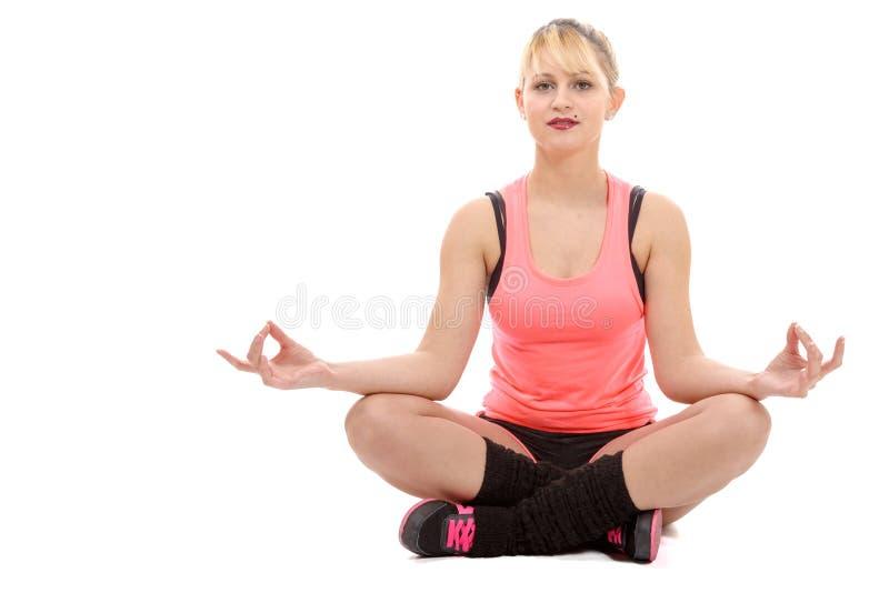 Retrato de uma jovem mulher bonita que senta-se na ioga imagens de stock royalty free