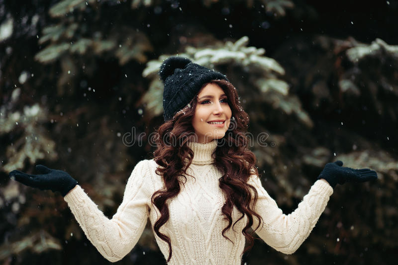 Retrato de uma jovem mulher bonita que sonha no parque Mulher à moda em um vestido feito malha, em uma figura magro, em um chapéu imagem de stock royalty free