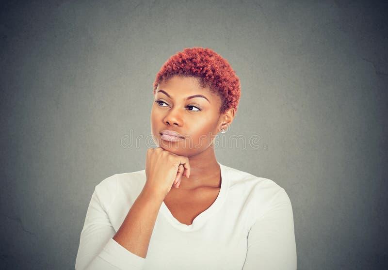 Retrato de uma jovem mulher bonita séria que olha afastado foto de stock