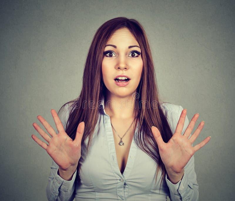 Retrato de uma jovem mulher chocada surpreendida imagens de stock royalty free