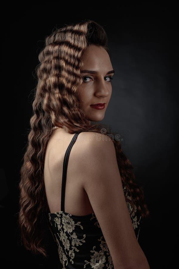 Retrato de uma jovem mulher com cabelo longo perfeito e m bonito fotos de stock