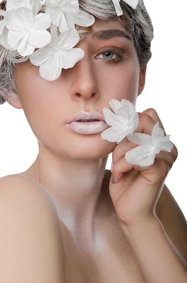 Retrato de uma jovem mulher com uma composição da neve fotografia de stock royalty free