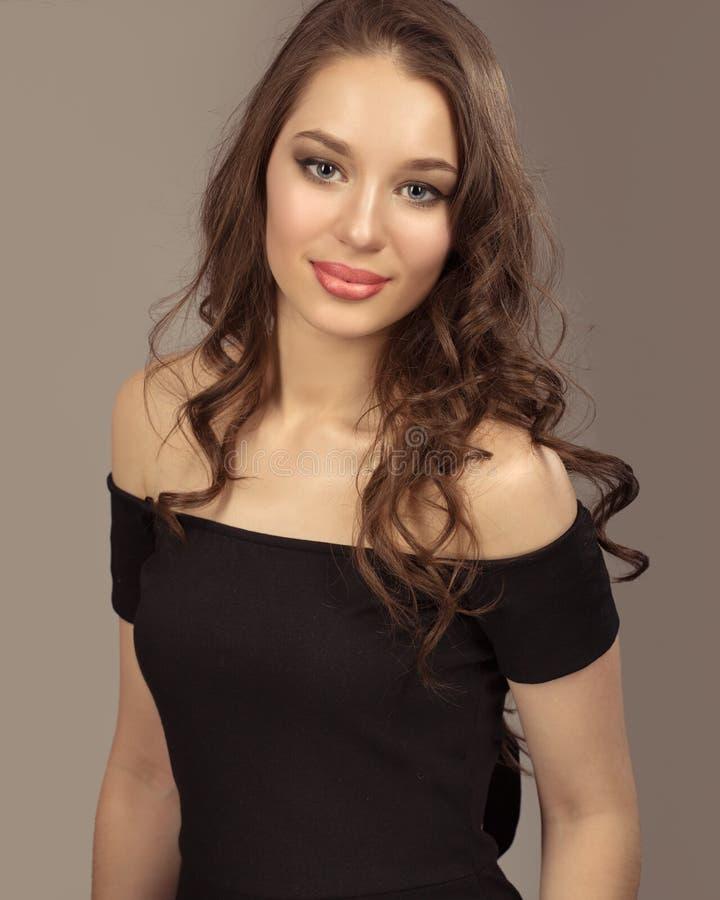 Retrato de uma jovem mulher com composição e penteado bonitos imagem de stock royalty free