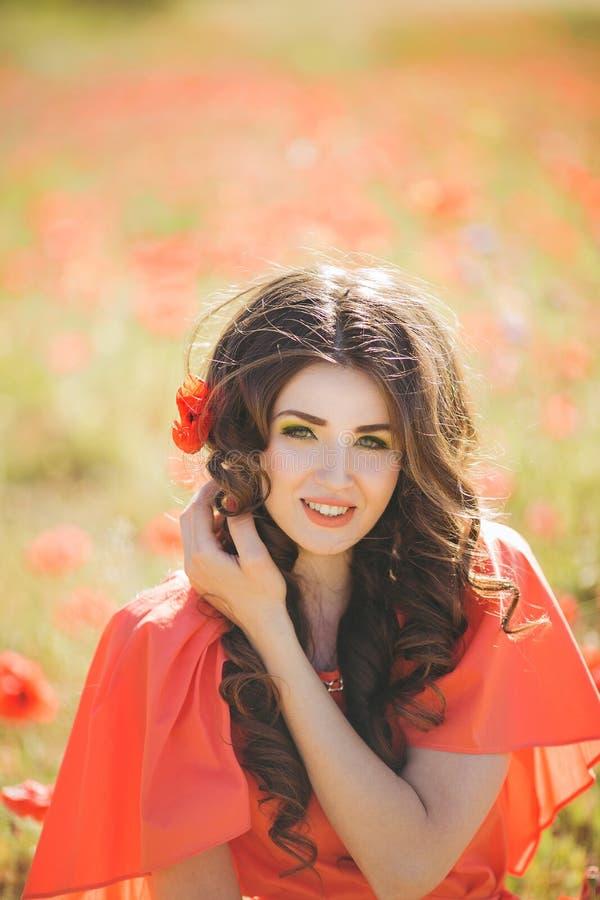 Retrato de uma jovem mulher com olhos azuis profundos bonitos no parque do verão foto de stock