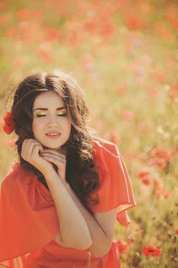 Retrato de uma jovem mulher com olhos azuis profundos bonitos no parque do verão fotos de stock
