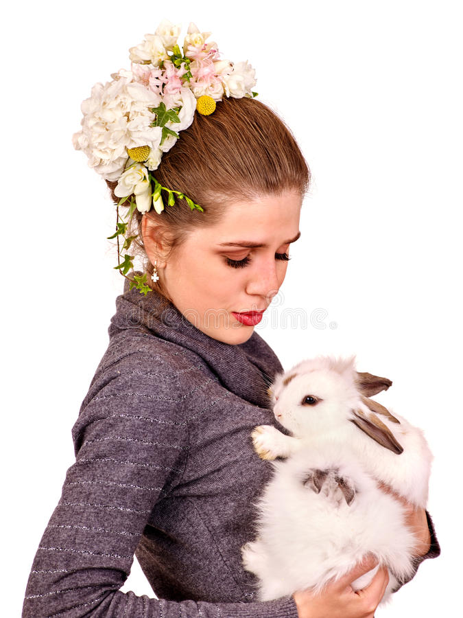 Retrato de uma jovem mulher com pouco coelho foto de stock royalty free
