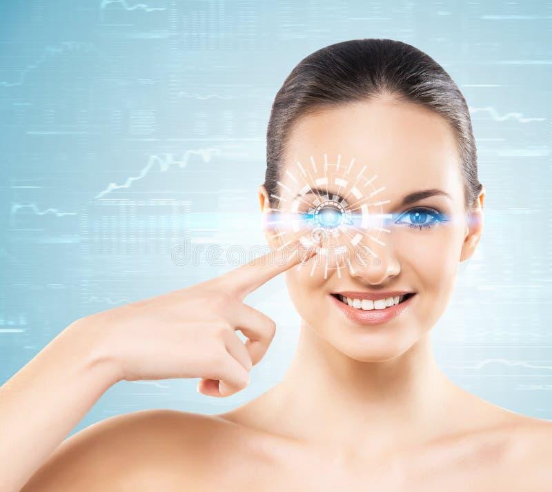 Retrato de uma jovem mulher com um holograma imagens de stock royalty free