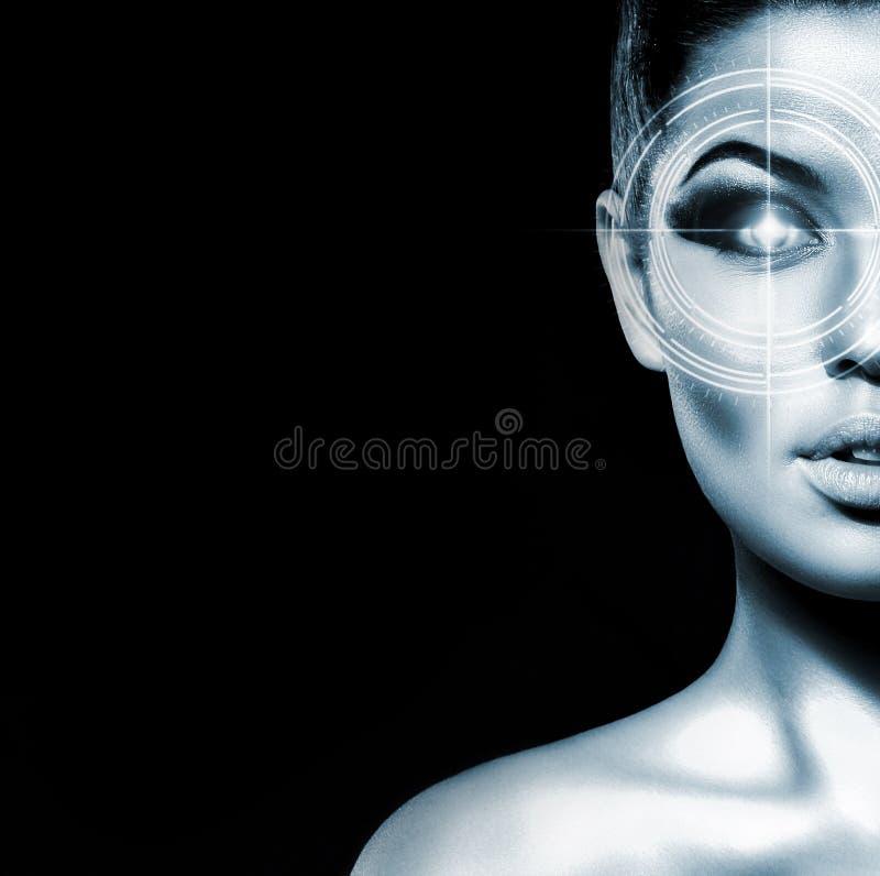 Retrato de uma jovem mulher com um laser em seu olho imagens de stock