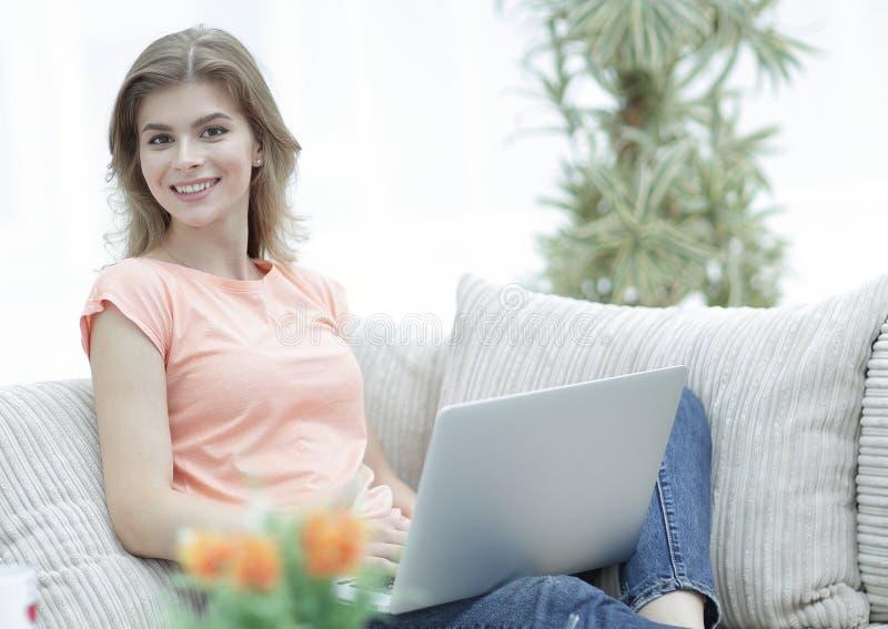 Retrato de uma jovem mulher com um portátil A imagem de fundo imagem de stock royalty free