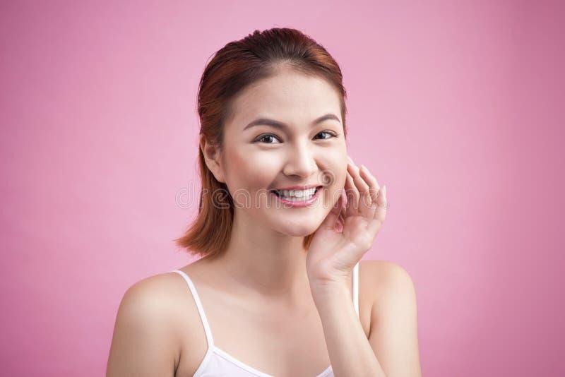 Retrato de uma jovem mulher de sorriso bonita com composição natural foto de stock
