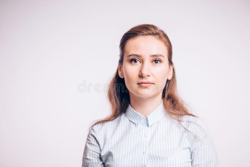 Retrato de uma jovem mulher do negócio em um fundo branco Gerente, um banqueiro, imagem de stock