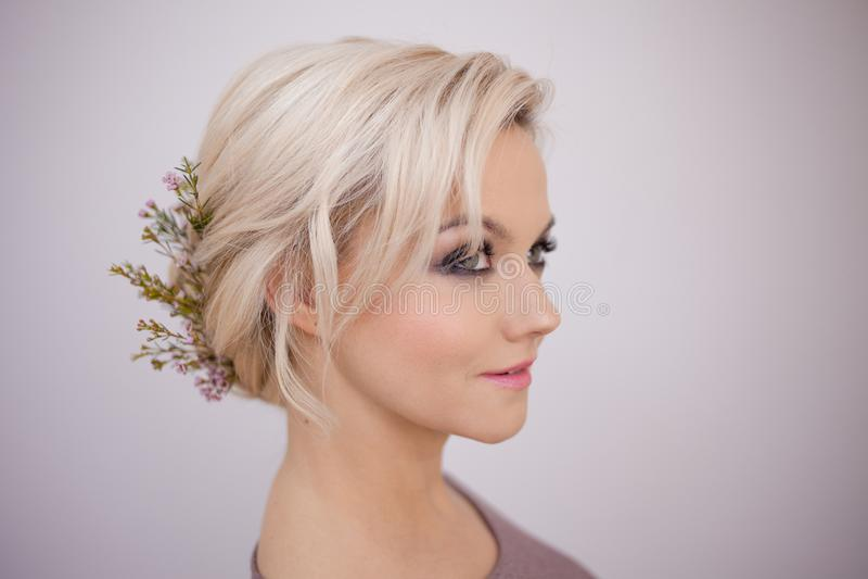 Retrato de uma jovem mulher elegante com cabelo louro Penteado na moda imagens de stock