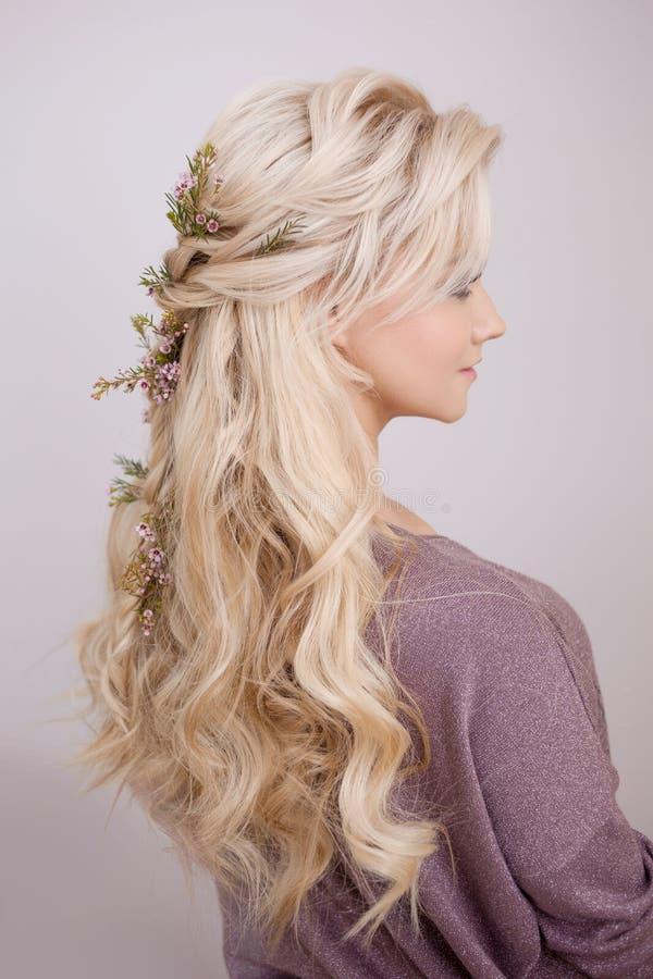 Retrato de uma jovem mulher elegante com cabelo louro Penteado na moda fotos de stock
