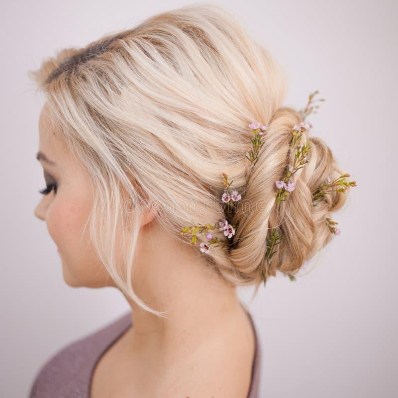 Retrato de uma jovem mulher elegante com cabelo louro Penteado na moda imagem de stock