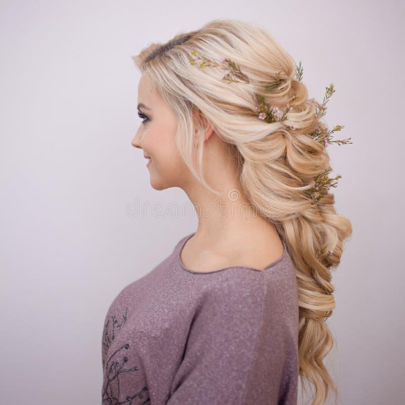 Retrato de uma jovem mulher elegante com cabelo louro Penteado na moda foto de stock