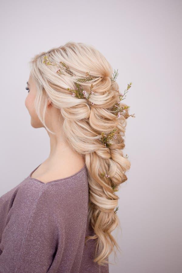 Retrato de uma jovem mulher elegante com cabelo louro Penteado na moda foto de stock royalty free