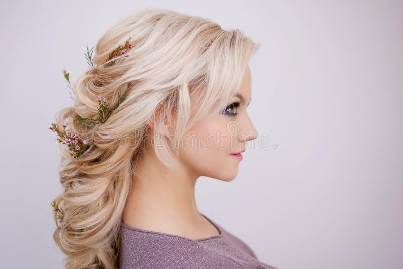 Retrato de uma jovem mulher elegante com cabelo louro Penteado na moda imagens de stock royalty free