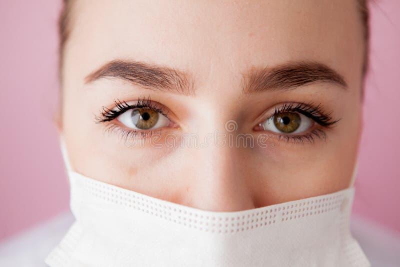 Retrato de uma jovem mulher em uma máscara médica Proteção contra vírus foto de stock royalty free