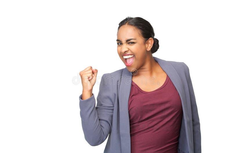 Retrato de uma jovem mulher feliz que comemora com bomba do punho imagem de stock royalty free