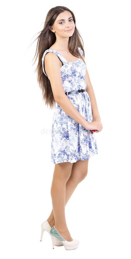 Retrato de uma jovem mulher feliz que está no branco fotografia de stock