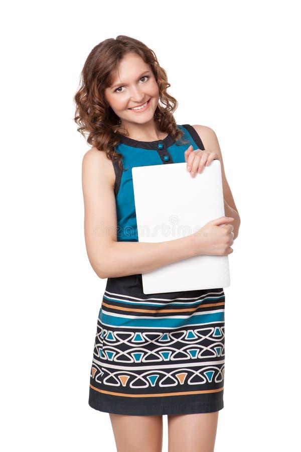 Retrato de uma jovem mulher feliz que levanta com um portátil imagem de stock