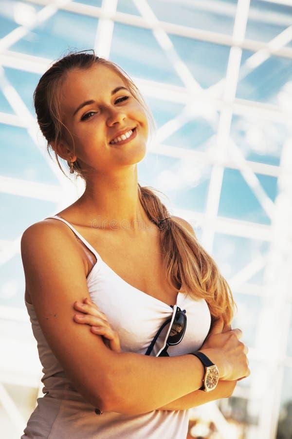 Retrato de uma jovem mulher muito feliz fotografia de stock