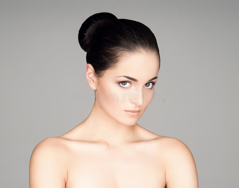 Retrato de uma jovem mulher na composição no cinza imagem de stock royalty free