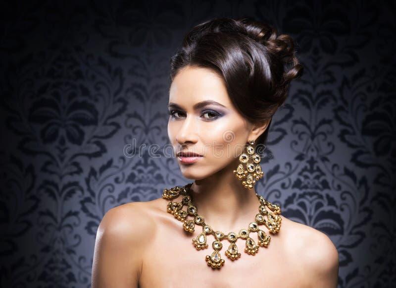 Retrato de uma jovem mulher na joia foto de stock royalty free
