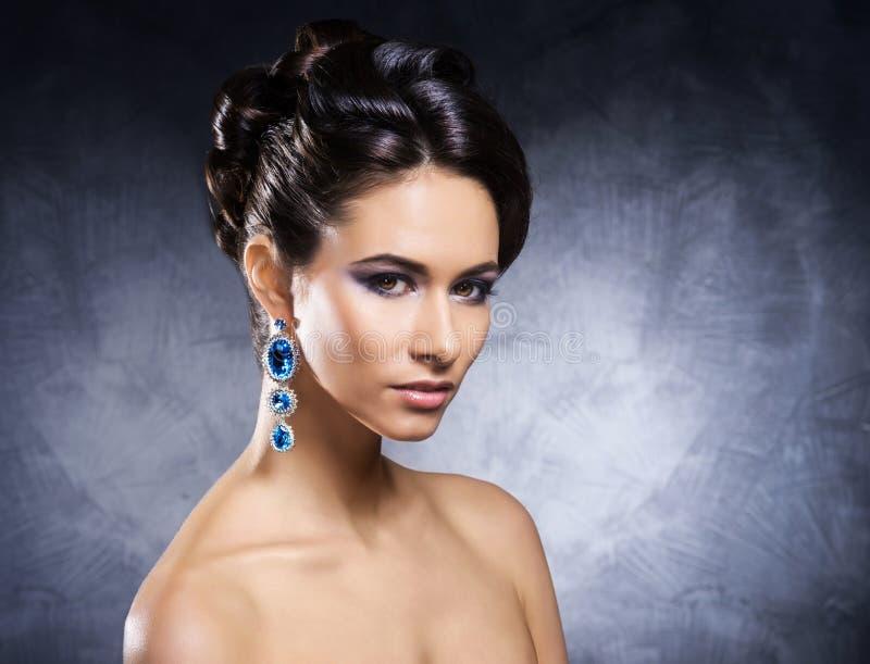 Retrato de uma jovem mulher na joia preciosa imagens de stock royalty free