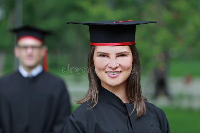 Retrato de uma jovem mulher no dia de graduação imagens de stock