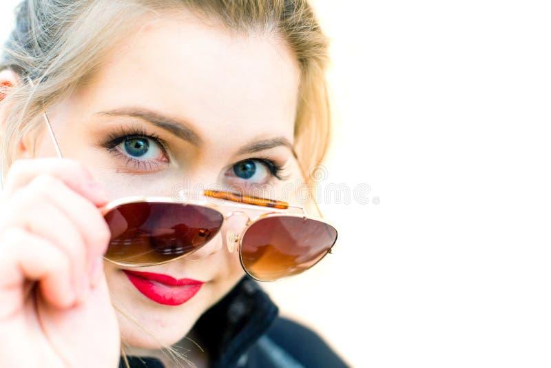 Retrato de uma jovem mulher nos óculos de sol, profundidade de campo rasa foto de stock royalty free