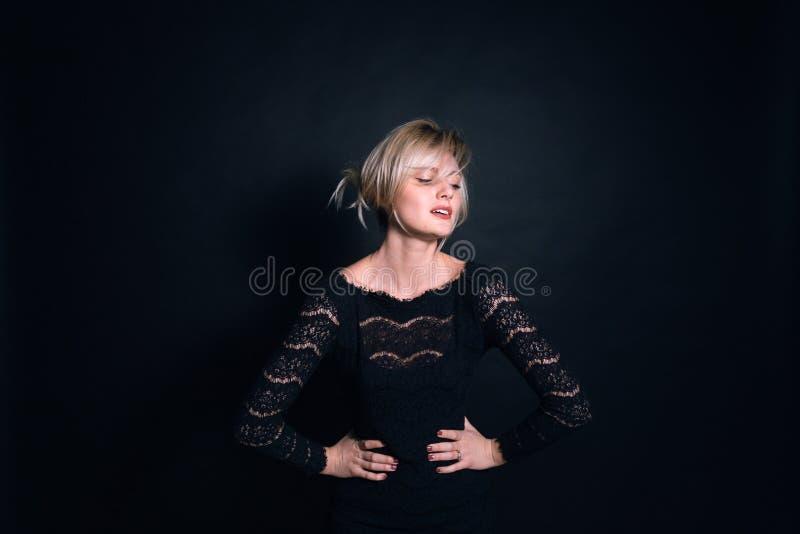 Retrato de uma jovem mulher, olhando a câmera imagens de stock royalty free