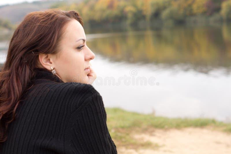 Retrato de uma jovem mulher pensativa foto de stock royalty free