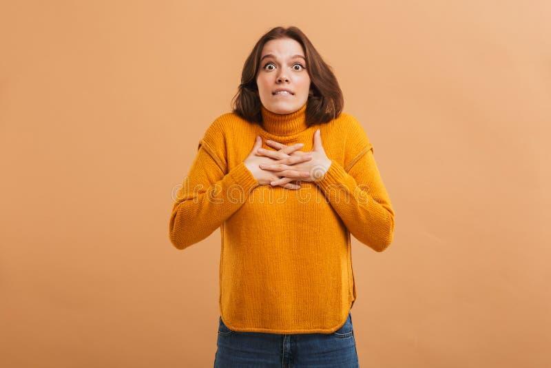 Retrato de uma jovem mulher preocupada na camiseta fotos de stock royalty free