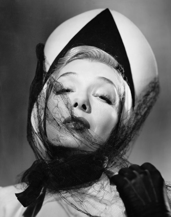 Retrato de uma jovem mulher que veste um chapéu e um véu (todas as pessoas descritas não são umas vivas mais longo e nenhuma prop fotografia de stock