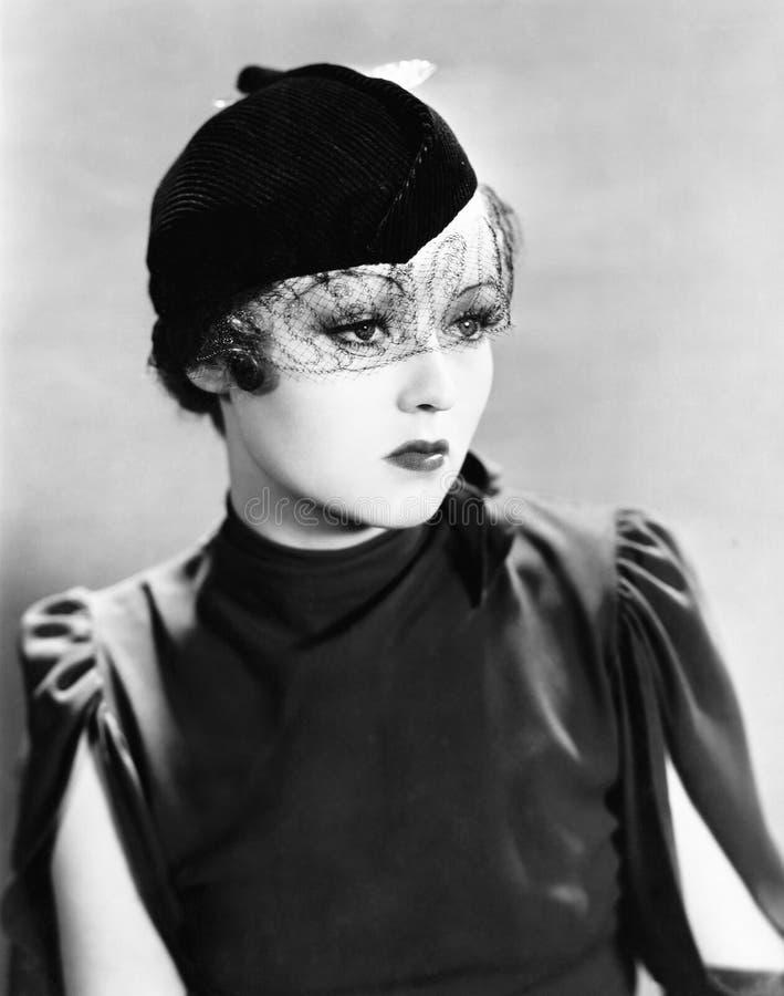 Retrato de uma jovem mulher que veste um véu (todas as pessoas descritas não são umas vivas mais longo e nenhuma propriedade exis fotografia de stock royalty free