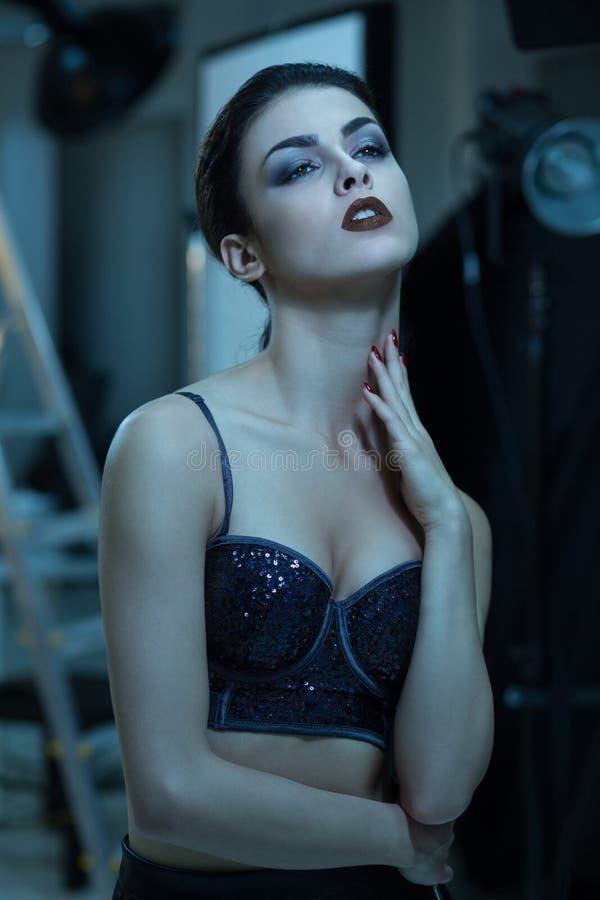 Retrato de uma jovem mulher séria em de bastidores de serss do tiro foto de stock royalty free