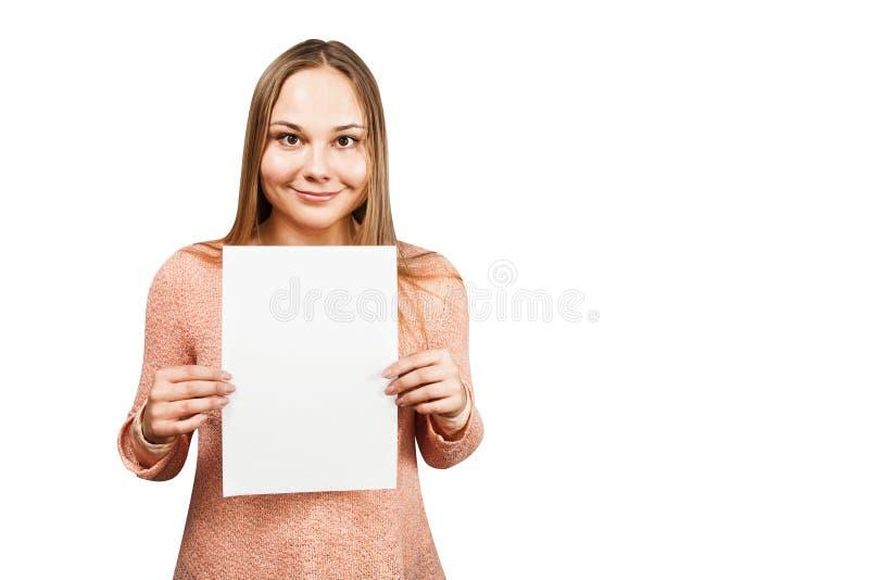 Retrato de uma jovem mulher de sorriso bonita para guardar uma placa com espaço da cópia, isolado no fundo branco fotografia de stock