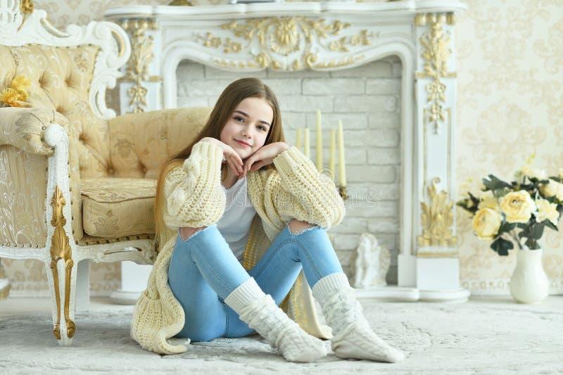 Retrato de uma linda adolescente sentada no chão imagens de stock