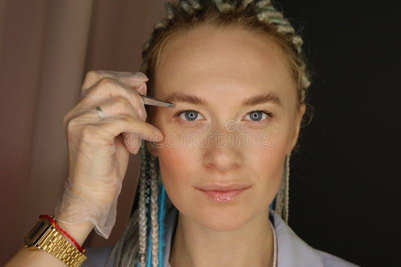 Retrato de uma linda jovem projetista fotografia de stock royalty free